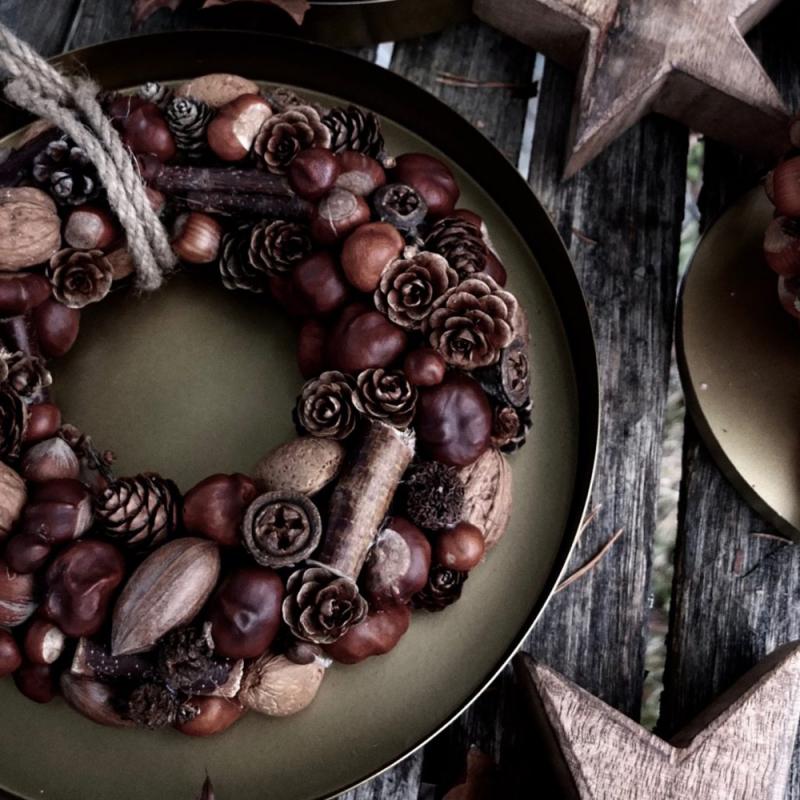 Ziemassvētku dekors – vainags no kastaņiem, riekstiem un čiekuriem
