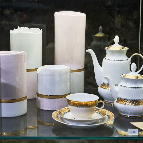 Rīgas Porcelāna muzejā atklāta Levona Agadžanjana darbu izstāde