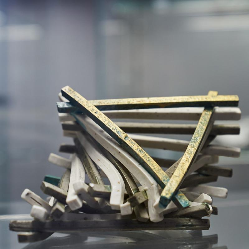 """Izsludina pieteikšanos 14. starptautiskajai mazo formu porcelāna izstādei """"Asimetriskas kustības"""""""