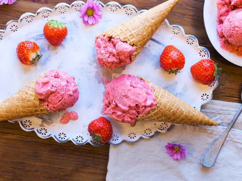 Mājās gatavots kokosriekstu saldējums ar zemenēm