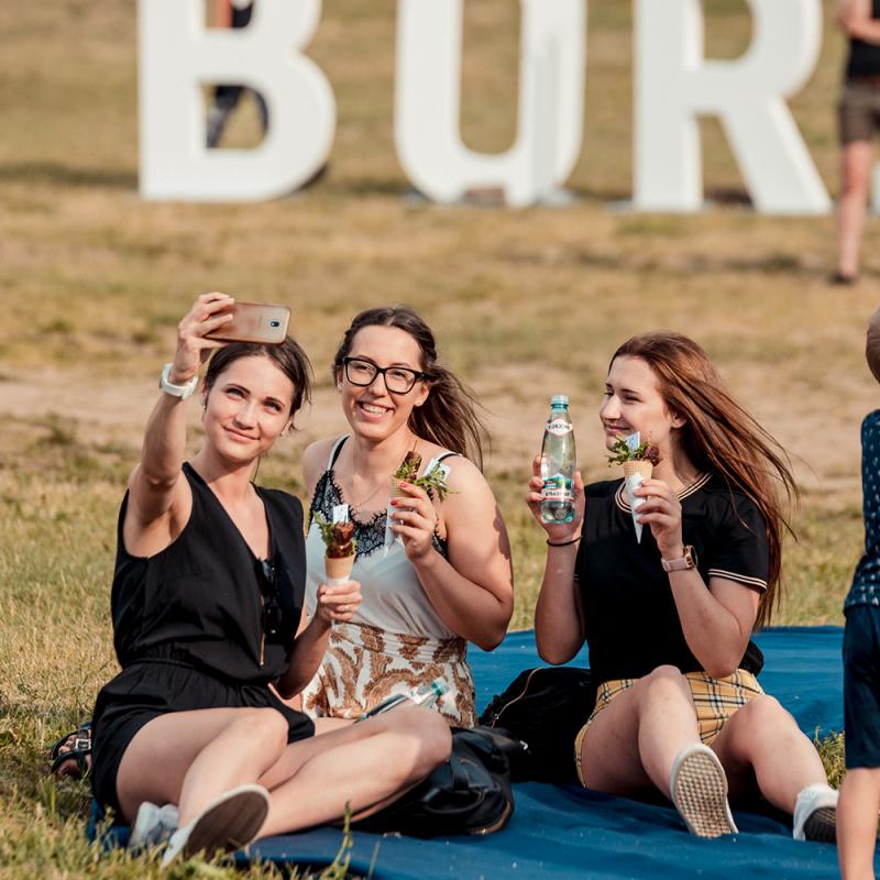 """Ķīpsalas pludmalē krāšņi aizvadīts tradicionālais """"Borjomi"""" pikniks ar raksturu. FOTO"""
