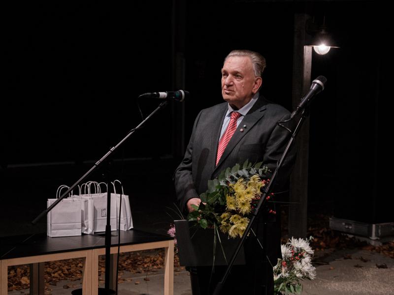 """Aleksandra Čaka balvu saņem Andris Caune par grāmatu """"Rīga laikmetu griežos. 1901-1918"""""""