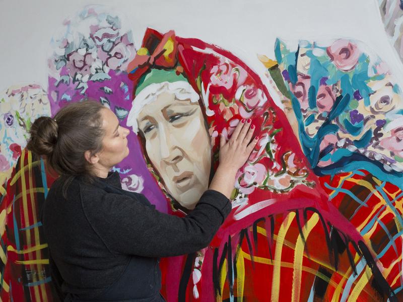 """""""Suitu sāgas"""" kostīmus veido suitu sievu gleznotāja Dace Dēliņa Lipska"""