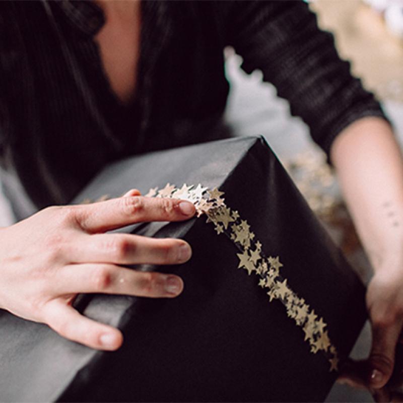 Dāvanu saiņošana DIY: zvaigžņu konfetti