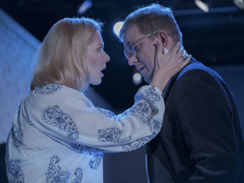 """Rolands Atkočūns Dailes teātrī iestudējis izrādi """"Nepanesami ilgi apskāvieni"""". FOTO"""