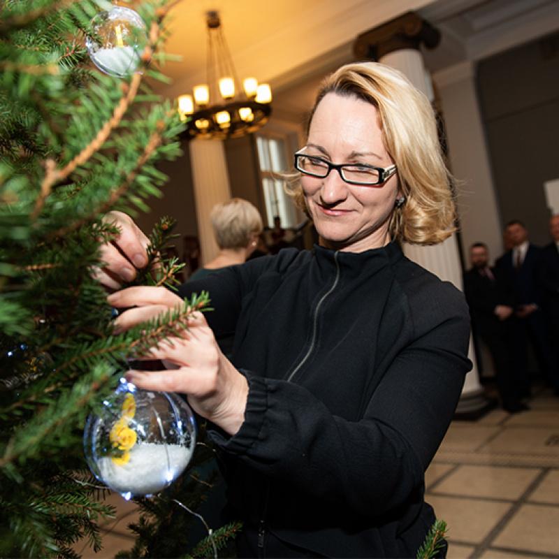 Valdības namā atklāta Ziemassvētku egle ar 3D drukas tehnoloģijās veidotiem rotājumiem. FOTO