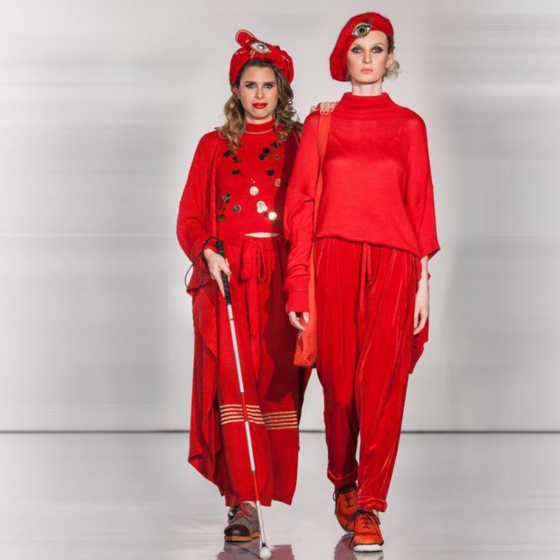 Pirmā nedzirdīgā un neredzīgā modele modes vēsturē demonstrē Latvijas dizaineres tērpus Milānā