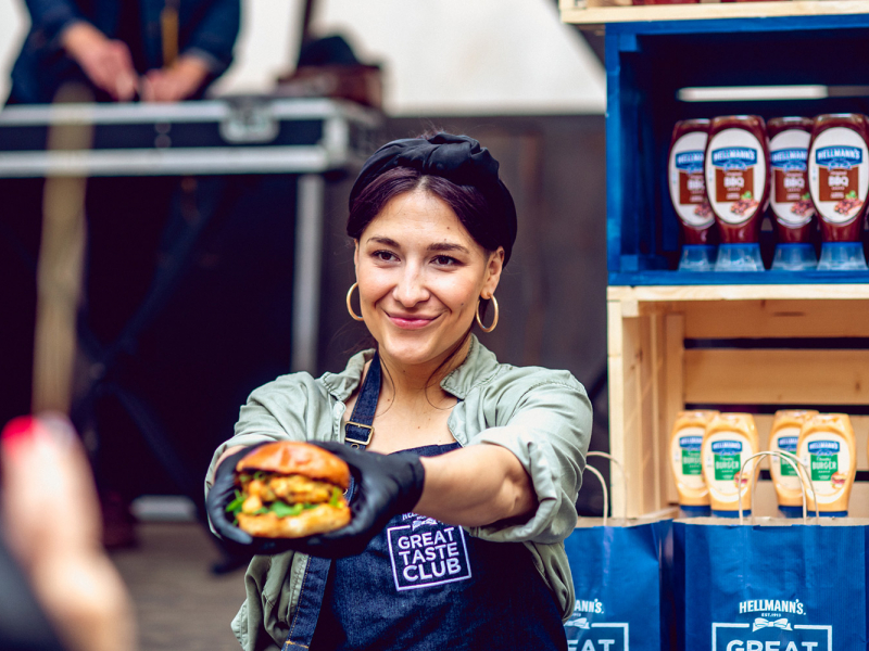 Ar jautru burgeru ballīti Rīgas gardēži ieskandina grila sezonu. FOTO