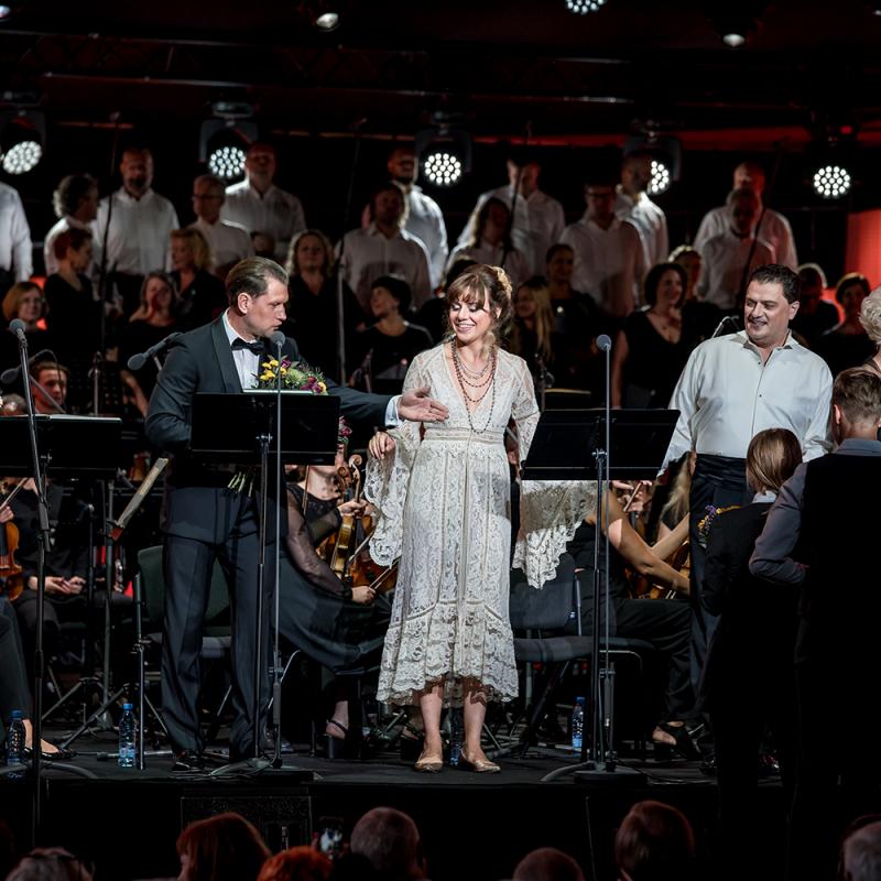 """Antoņenko un citas pasaulslavenas zvaigznes mirdz operas """"Zemnieka gods"""" koncertuzvedumā. FOTO"""