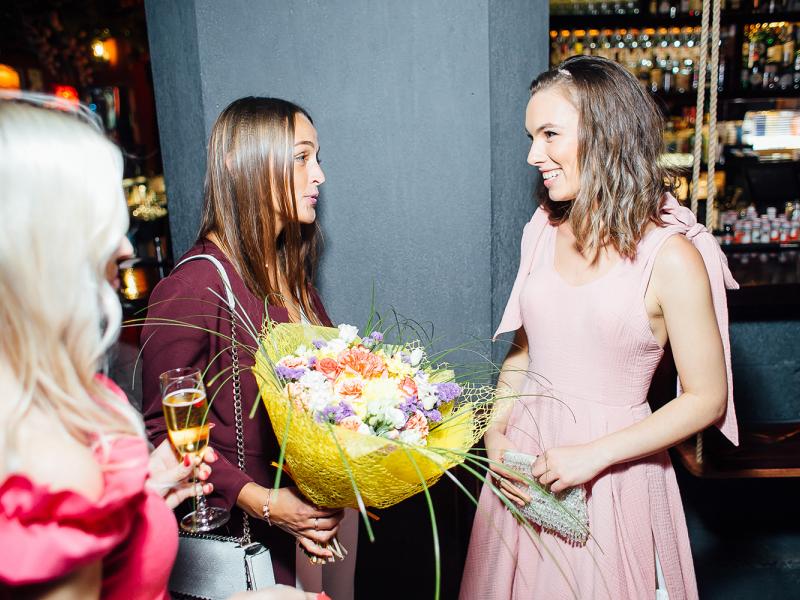 """Katrīnas Gupalo krāšņā ballītē prezentē savu jauno dziesmu """"Svārki"""". FOTO"""