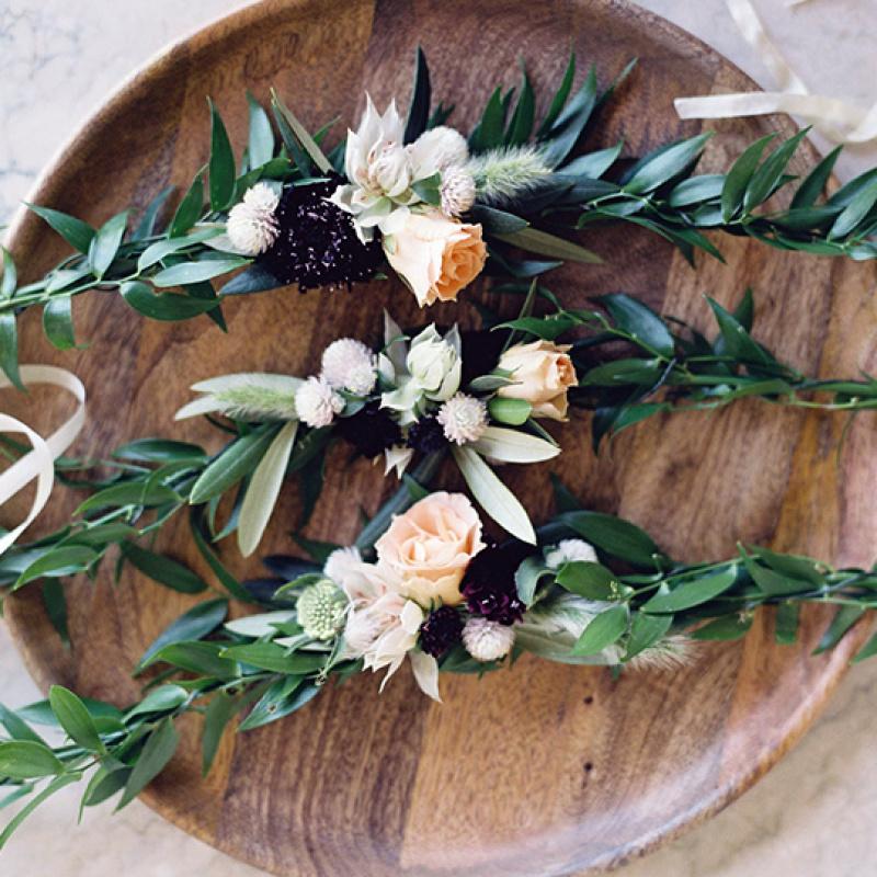 Kāzu frizūras: dzīvie ziedi līgavas matos