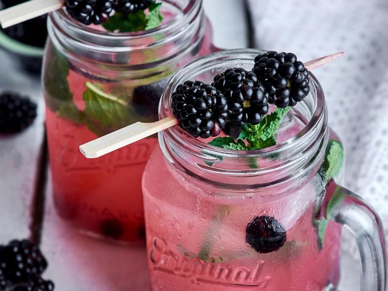 Kokteiļi ar spēcīgiem dzērieniem un maigām Latvijas ogām