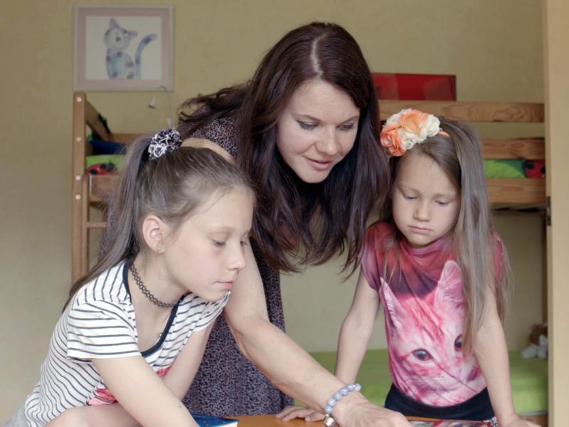 Ģimenes dalās ar lasīšanas veicināšanas trikiem bērniem