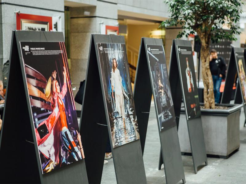 Latvijas dizaineri atklāj RIGA FASHION WEEK retrospektīvo foto izstādi. FOTO