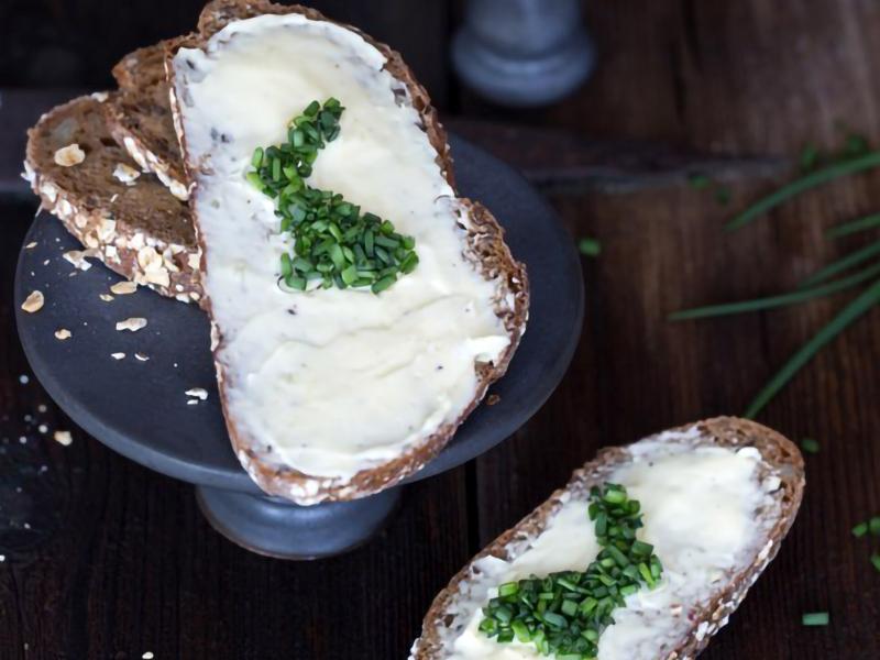Lieldienu maize ar ķiploku sviestu un zaļumiem