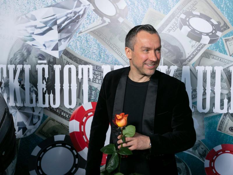 """Pirmizrādi piedzīvo Kaspara Rogas dokumentālā filma """"Meklējot Mr. Kauliņu"""". FOTO"""