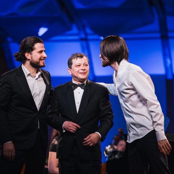 Trīs Osokini un Sinfonietta Rīga ar vērienīgu koncertprogrammu uzstāsies Dzintaru koncertzālē