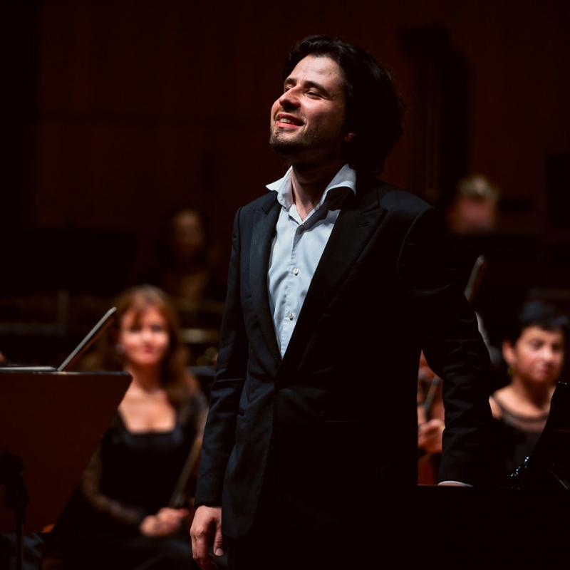Pianists Andrejs Osokins kopā ar LNSO pirmatskaņo Jura Karlsona simfoniju orķestrim un klavierēm. FOTO