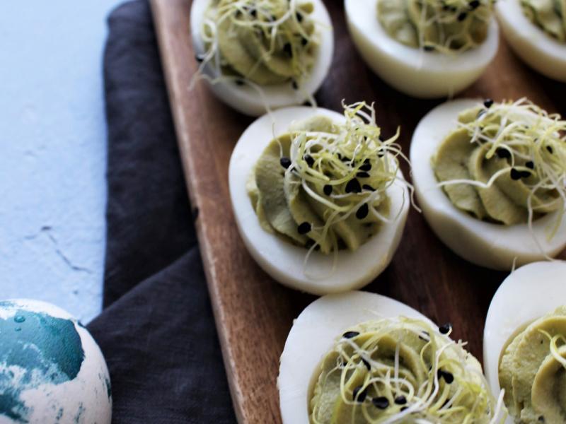 Pildītās olas ar zaļo zirnīšu krēmu