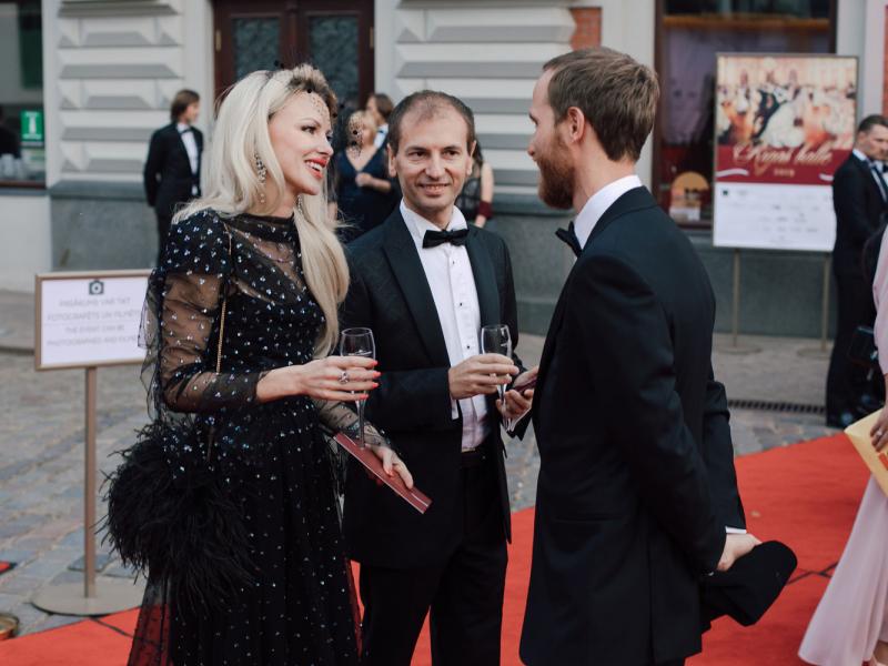 """""""Rīgas balle 2019"""" pulcē izsmalcinātu publiku. FOTO"""