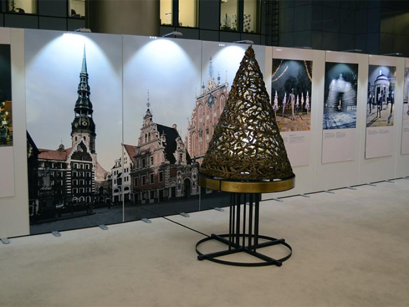 Brisele iepazīstas ar leģendu par pirmo rotāto Ziemassvētku egli. FOTO