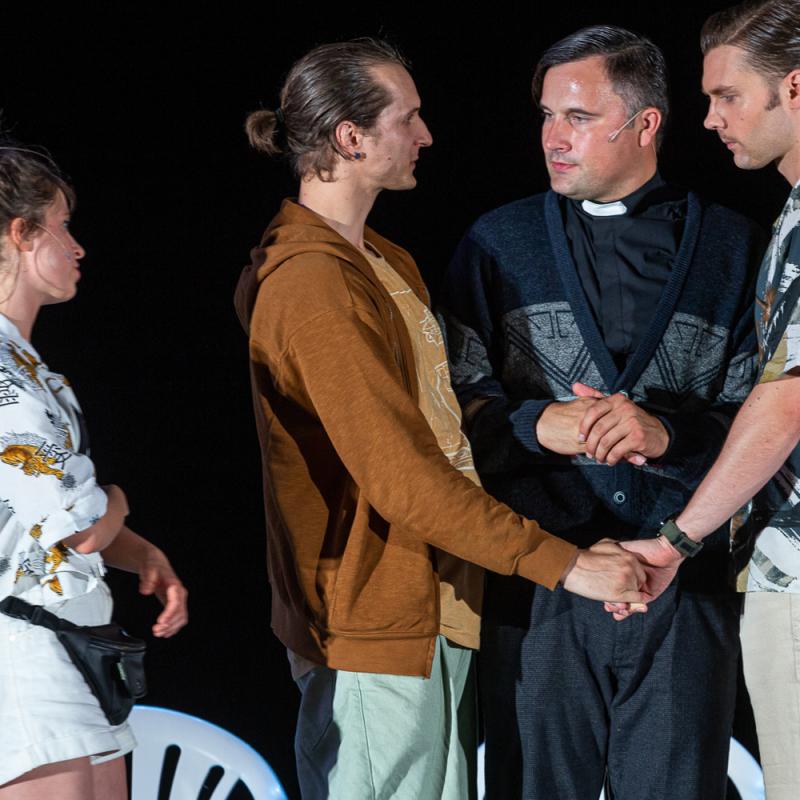 """Dailes teātra Lielajā zālē iestudēta Justīnes Kļavas komēdija """"Sidraba šķidrums"""". FOTO"""