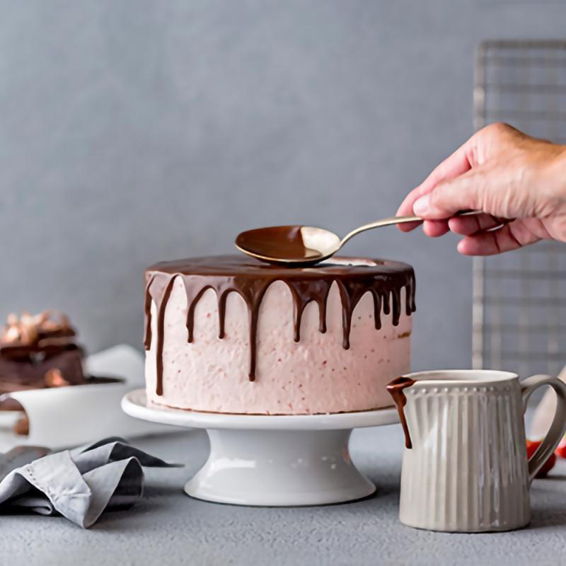 Tortes dekorēšana ar šokolādes glazūru