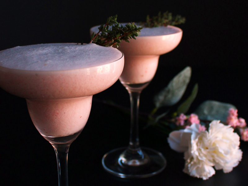 Zemeņu-kokosriekstu dzirkstošais kokteilis Valentīndienai