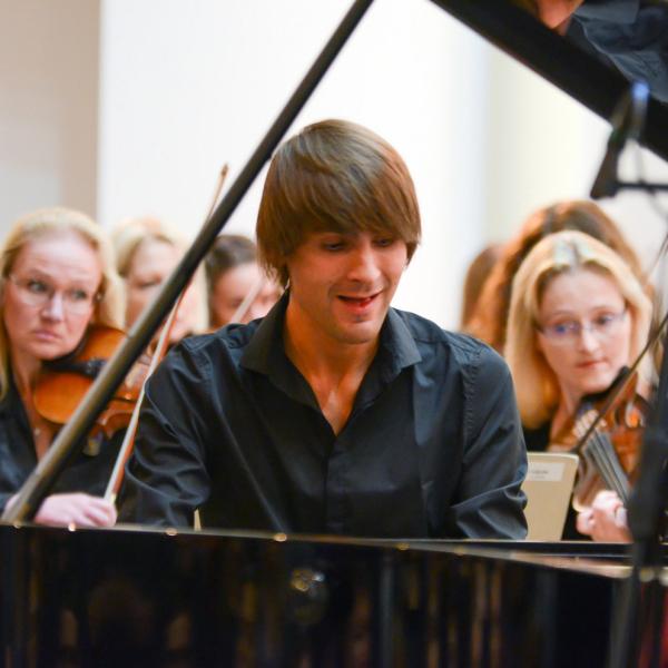 """Koncertzālē """"Lielais dzintars"""" - pianists Vestards Šimkus un Kārļa Lāča Latvju simfonija"""