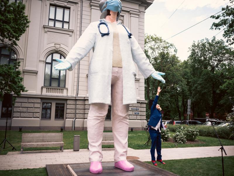 Ar vērienīgas skulptūras atklāšanu Rīgā sabiedrība saka paldies mediķiem. FOTO